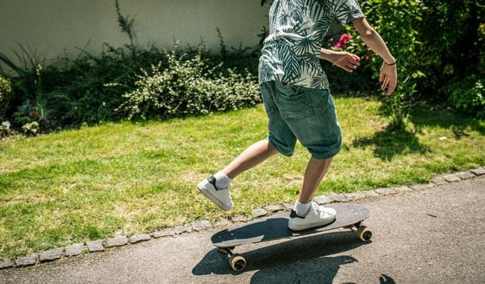 How-should-you-stand-on-a-skateboard