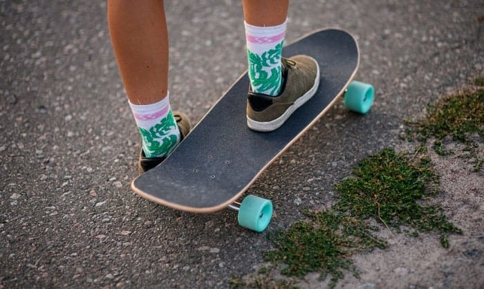 Which-foot-goes-first-on-a-skateboard