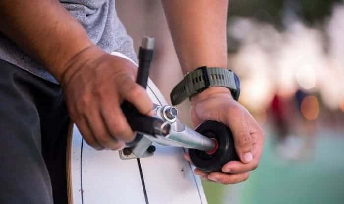 how to take trucks off a skateboard